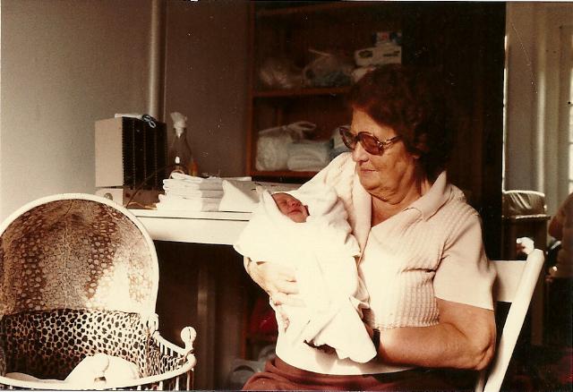 Juno en haar overgrootmoeder, oma Olga 1981